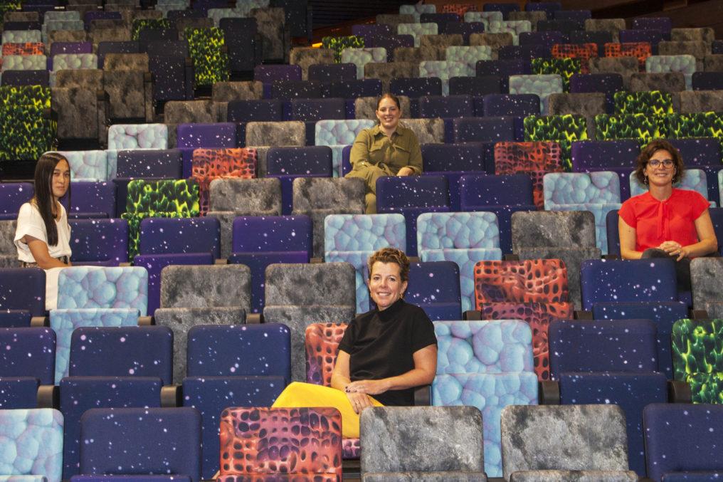 Corriette Schoenaerts, Siobhan Burger, Caroline Pietermaat en Audrey Janssen in de nieuwe stoelen van Jeugdtheater Hofplein.